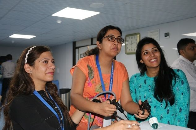 Prof. R. K. Mishra Demonstrate & Explaining to Surgeon & Gynecologists  how to tie Laparoscopic Intracorpeal  Surgeons Knot.