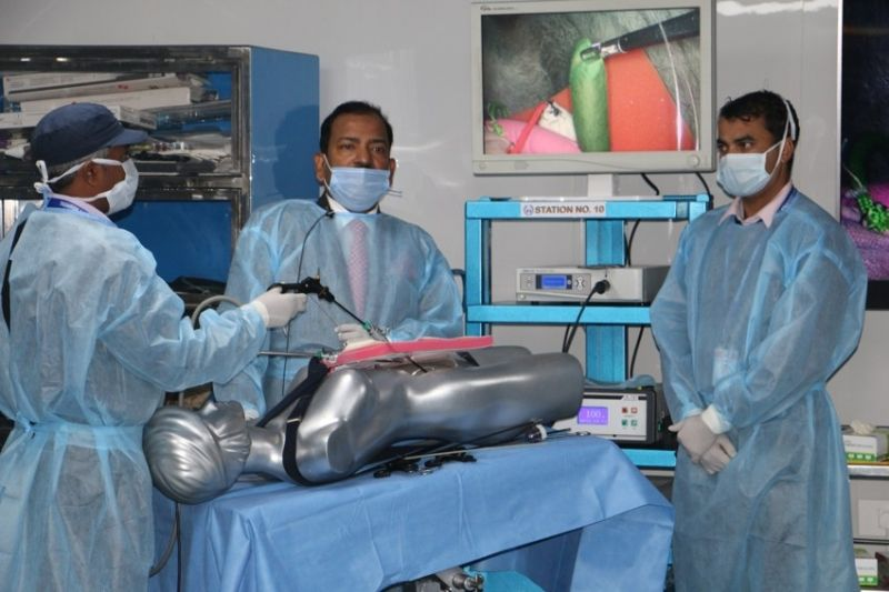 Surgeons and Gynecologist practicing Extracorporeal Roader, Meltzer and Mishra Knot Demonstration by Prof Dr. R . K . Mishra.