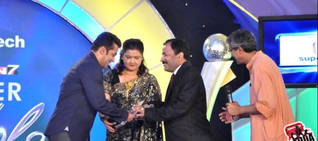Dr R K Mishra Receiving Super Idol Award from Salman Khan
